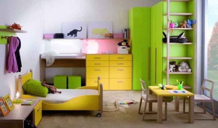 kinderzimmer-ideen-grüner-kleiderschrank-gelbe-kommode-gelbes-bett-rädern-holztisch-holzstühle