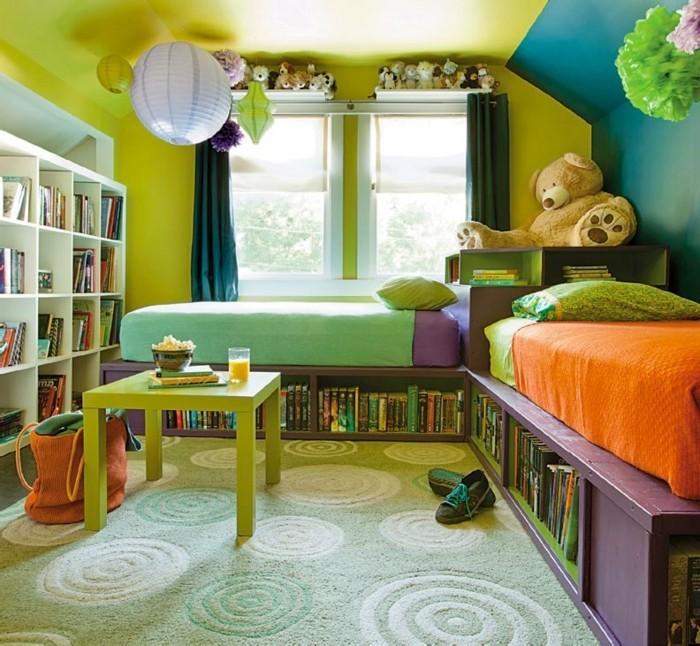 kinderzimmer-ideen-grüner-musterteppich-bett-mit-regal-schrägdach-grüne-wand-blaue-wand-grüner-tisch