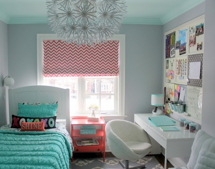 kinderzimmer-ideen-hellblaue-bettlacken-weißer-bett-weißer-schreibtisch-pinker-nachttisch-wanddeko