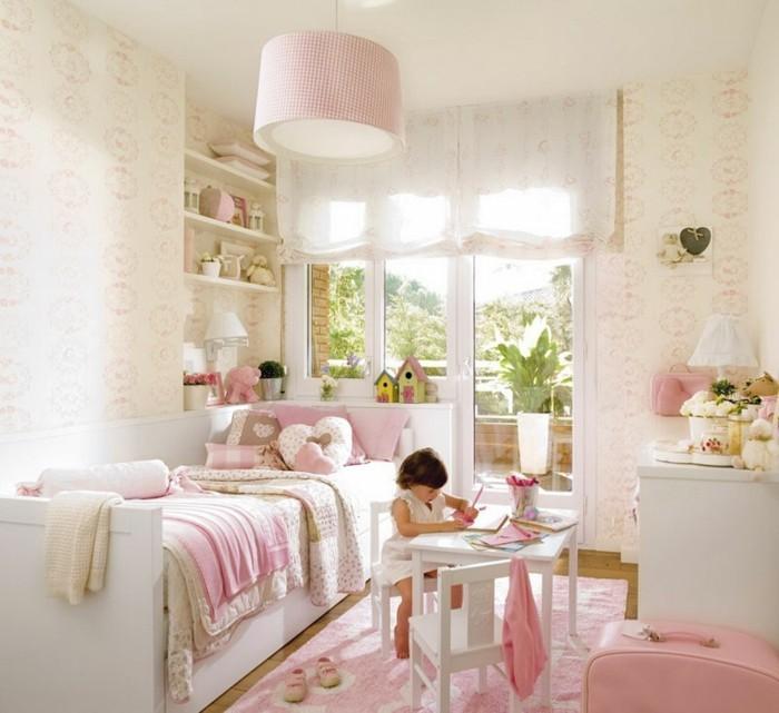 kinderzimmer-ideen-kleine-mädchen-pink-gestaltet-pinker-teppich-parkettboden-balkon-weiße-gardinen