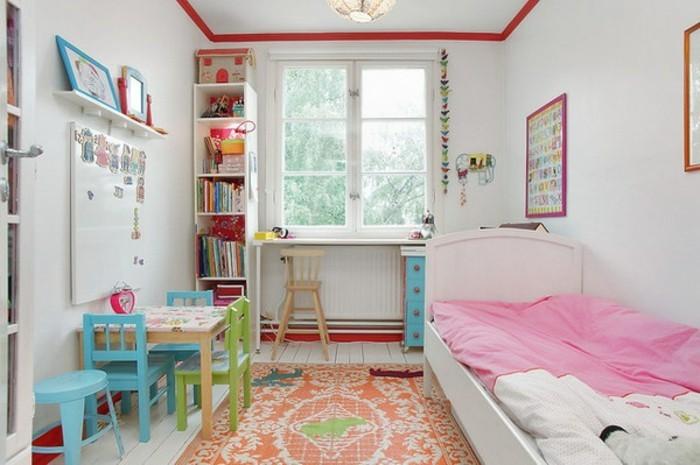 kinderzimmer-ideen-mädchen-musterteppich-weißer-parkettboden-weiße-wände-kleiner-holztisch-bücherregal