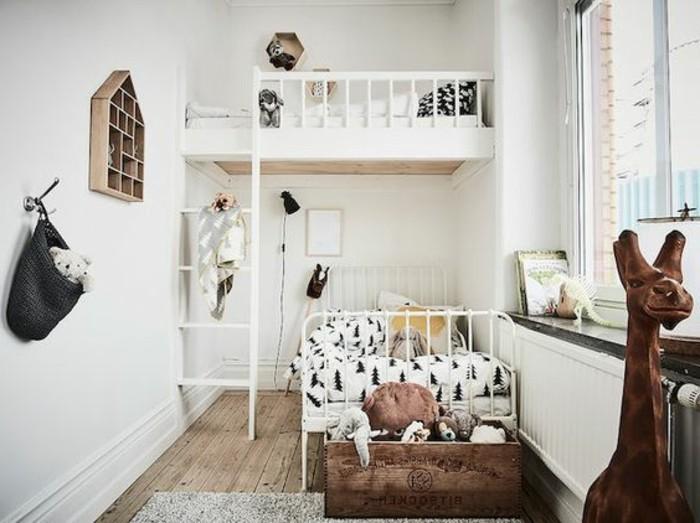 kinderzimmer-ideen-weiße-einrichtung-zwei-betten-hochbett-plüschtiere-holzboden-teppich