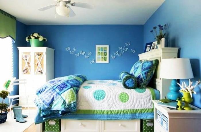 kinderzimmer-komplett-blau-doppelbett-bettkasten-blaue-bettlacken-weißer-schrank-ventilator-wanddeko