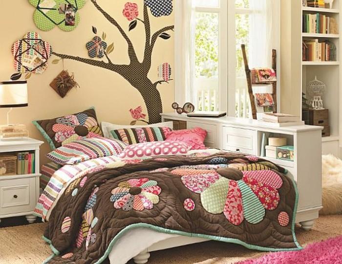 kinderzimmer-komplett-braune-lacken-pflanzenmotive-wanddeko-baum-teppich-plüschhocker-pinker-teppich