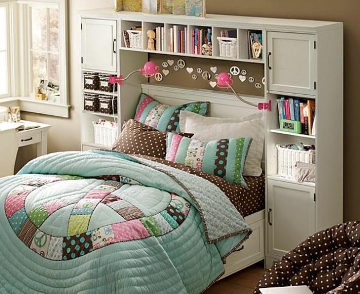 kinderzimmer-komplett-hellblaue-lacken-doppelbett-weiße-möbelschreibtisch-kasten-bücherregal-sessel