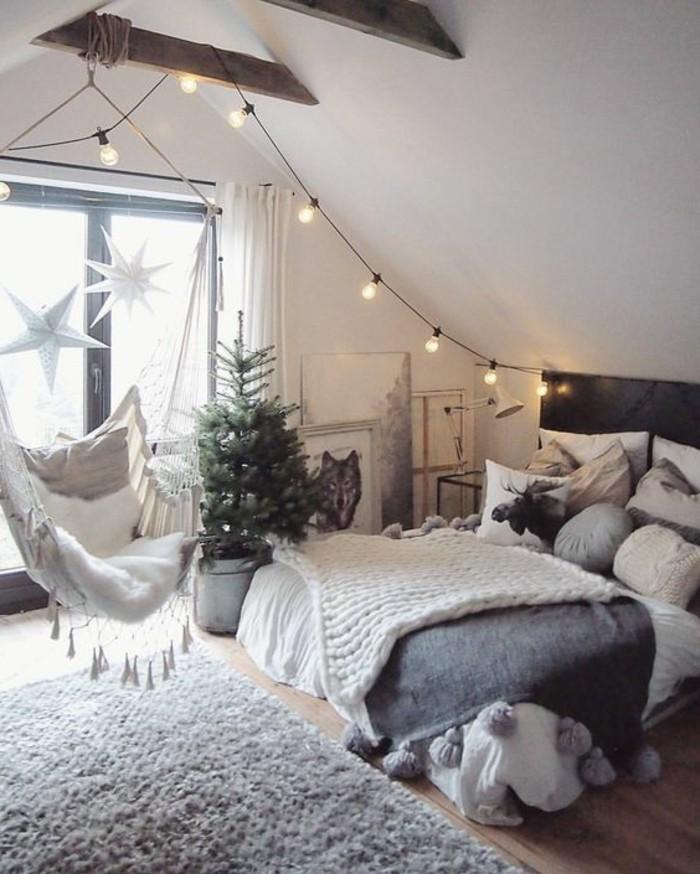 kinderzimmer-mädchen-grau-weiß-schaukelstuhl-kieferbaum-indirektes-licht-doppelbett-holzboden-teppich