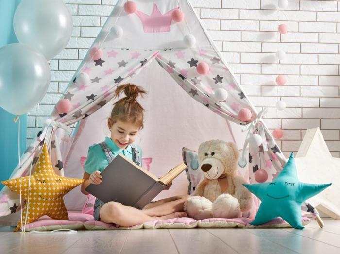 kinderzimmer mädchen ideen kinderzimmer einrichten kinderzimmer für mädchen tipi zelt in rosa sterne mädchen liest