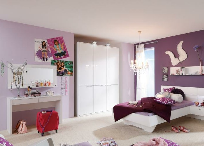 kinderzimmer-mädchen-lila-pink-gestalten-schminktisch-spiegel-plakate-postars-roter-hocker-rollen-kristallkronleuchter