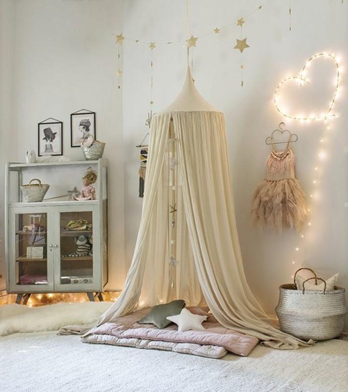 kinderzimmer-mädchen-wanddeko-zelt-kissen-sternform-vitrine-korb-silber-farbe