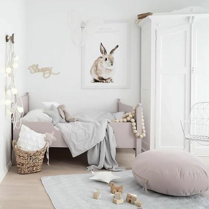 kinderzimmer-mädchen-weiße-möbel-weiße-bettlacken-laminatboden-plüschhocker-stuhl-weiß-korb