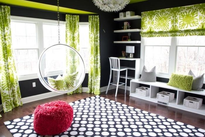 kinderzimmer-möbel-mädchen-schwarz-weißer-teppich-laminatboden-lange-grüne-gardinen-pflanzenmotive