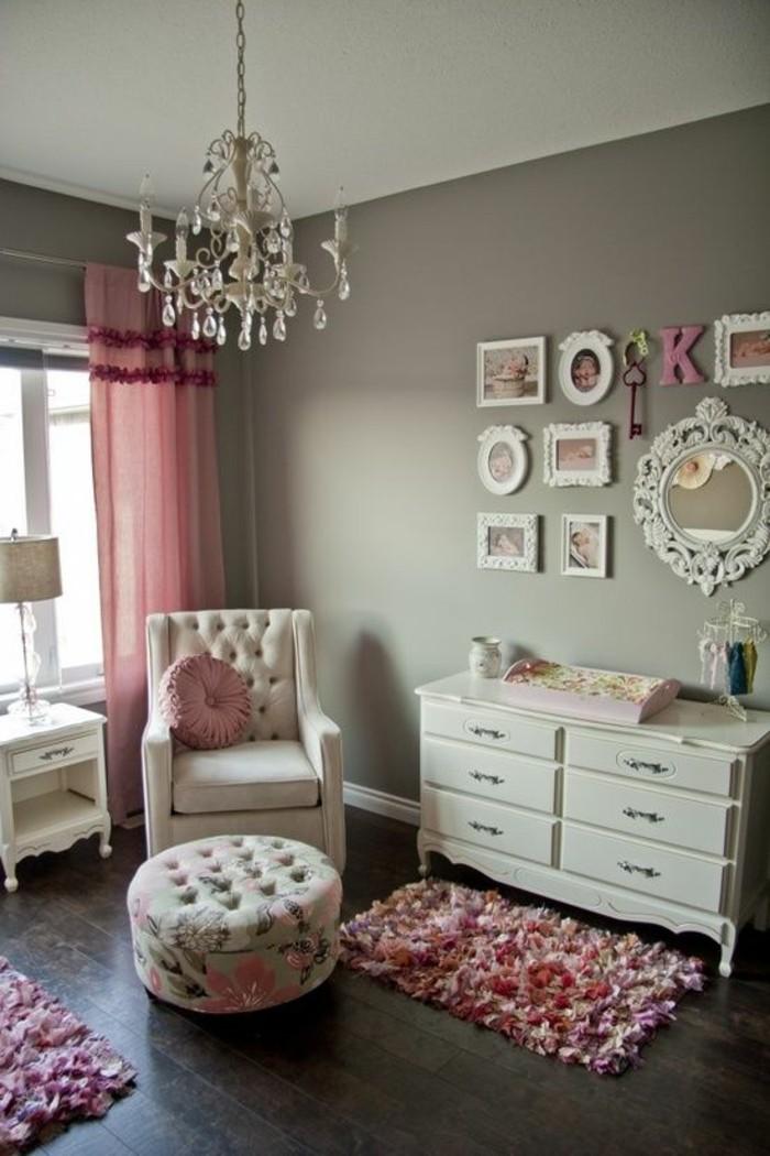 kinderzimmer-möbel-mädchen-weiße-kommode-sessel-weiß-polsterhocker-spiegel-teppich-pinke-gardine