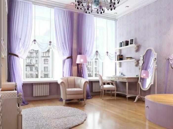kinderzimmer-möbel-sessel-weiß-schreibtisch-regale-spiegel-stand-kommode-rundteppich-lila-gardinen
