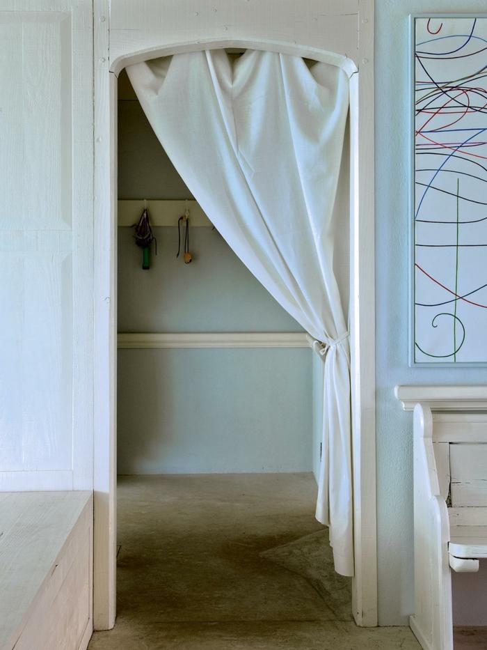 Schrank vorhang vorhang als raumtrenner verwenden kluge wohnideen - Kleiderschrank inneneinrichtung selber machen ...