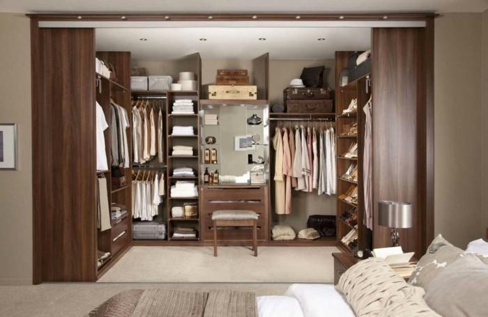 kleiderschranksystem-offen-begehbarer-kleiderschrank-im-schlafzimmer-viele-regale-schrankstaender-hocker-proberaum