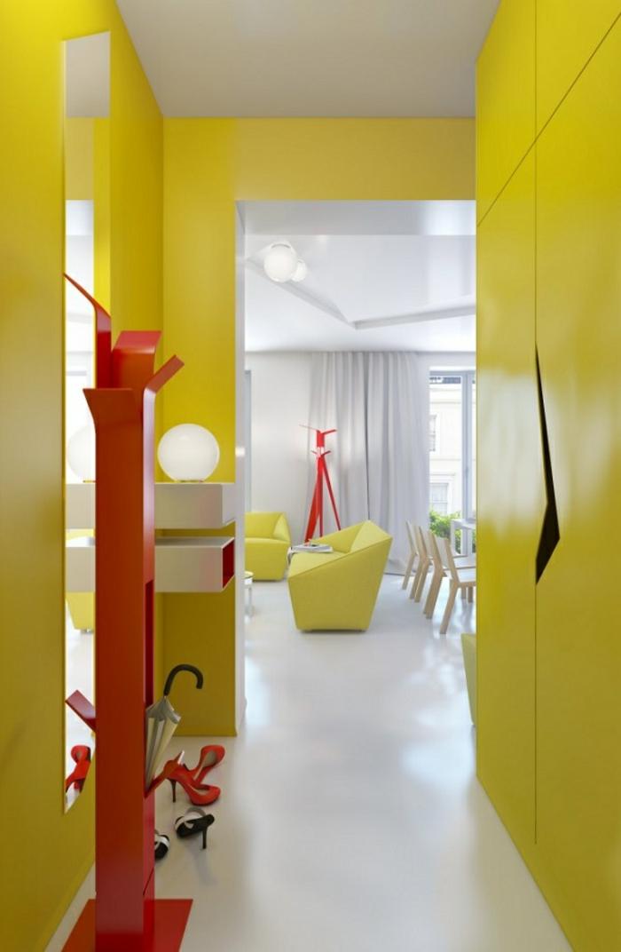 kleinen-flur-einrichten-gelbe-wände-rote-garderobe