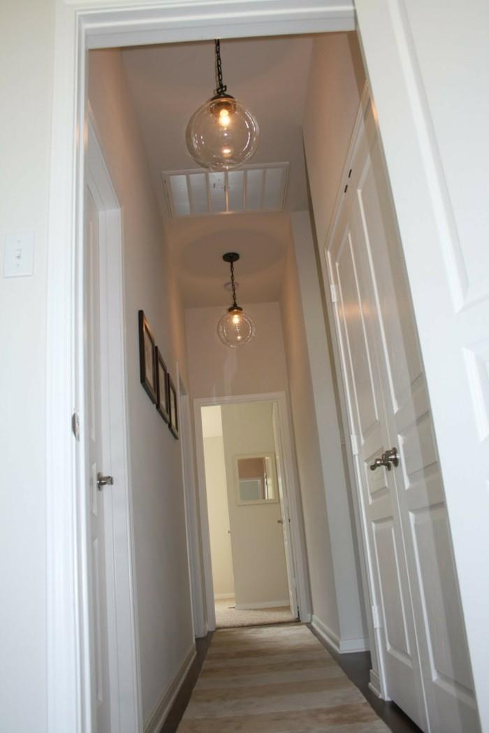 kleinen-flur-einrichten-runde-lampen-fotos-an-den-wänden