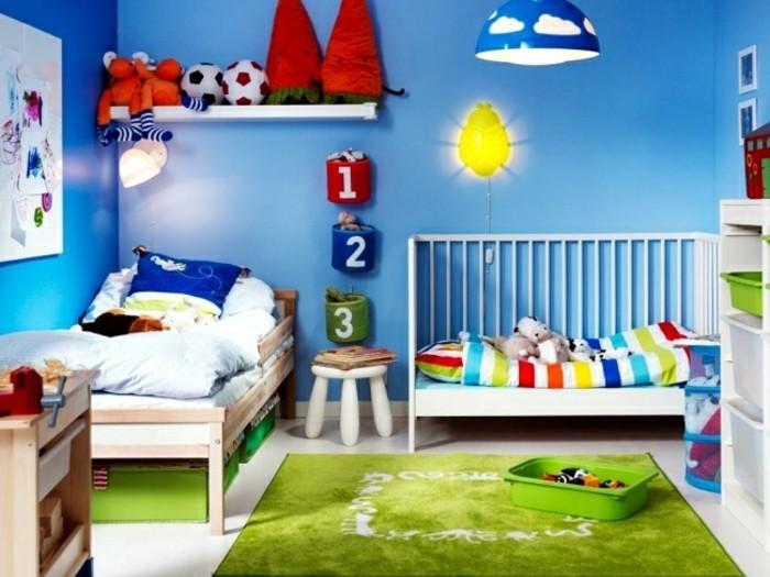 kleinkind-zimmer-holzbett-babybett-ohne-sicherheitsgitter-babzbett-sofa-grüner-teppich-blaue-wand