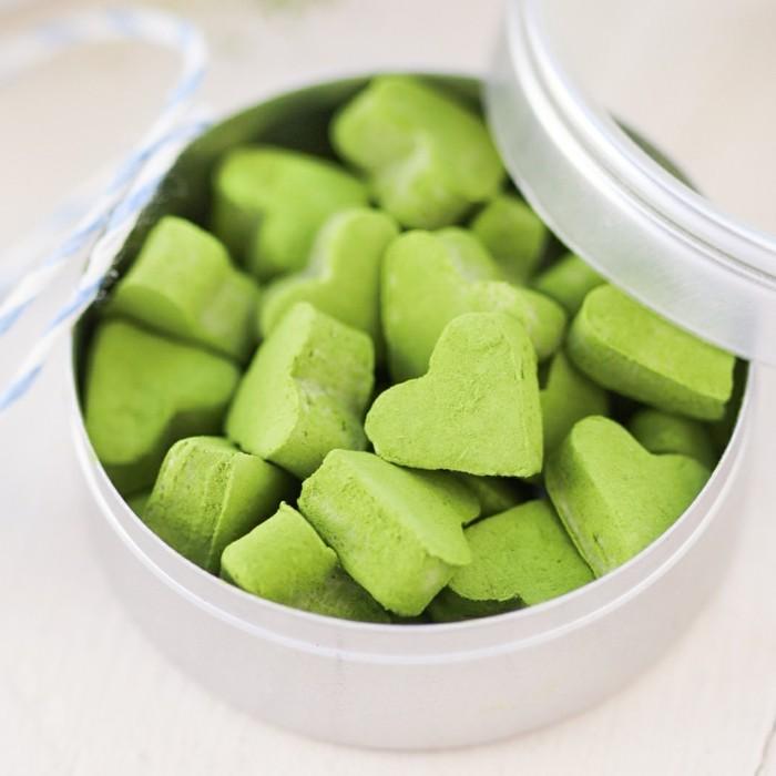 kreativ-kochen-mit-matcha-bio-herzfoermige-bonbons-aus-matcha-caramells-im-kasten