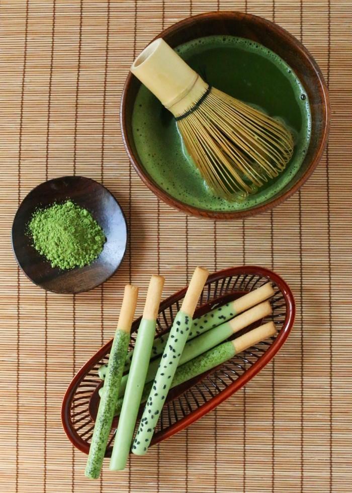 kreativ-kochen-mit-matcha-bio-salzstange-mit-matcha-fuellung-sosse-gruene-stange-idee-kreativ-kochen