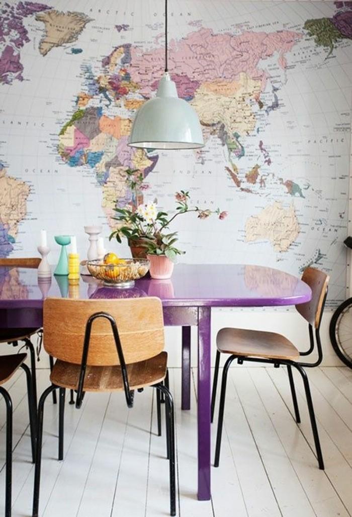 kreative-wohnideen-erdteile-lila-tisch-stühle-wandddeko-tapete-blumen-kerzen