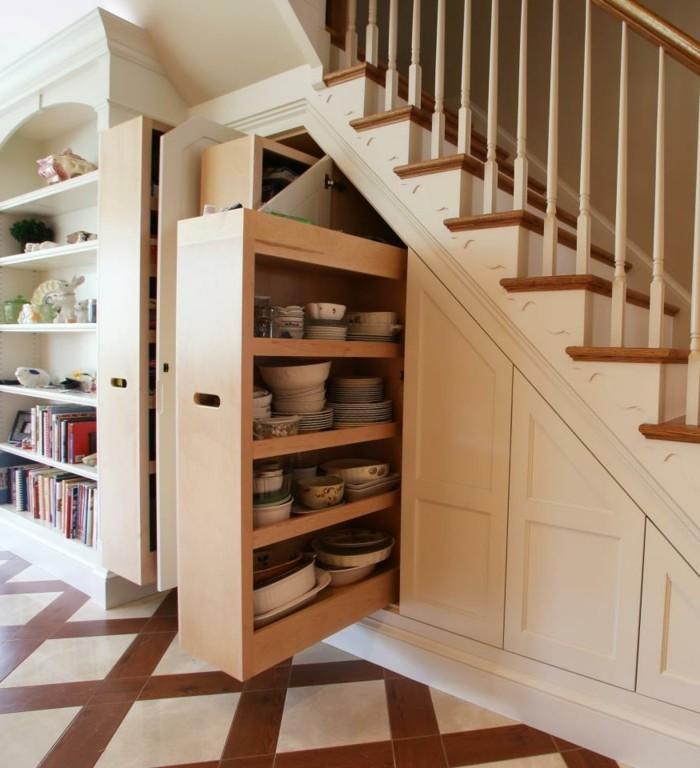 kreative-wohnideen-flur-platz-unter-holztreppen-treppenauszüge-mosaikboden-bücherregal