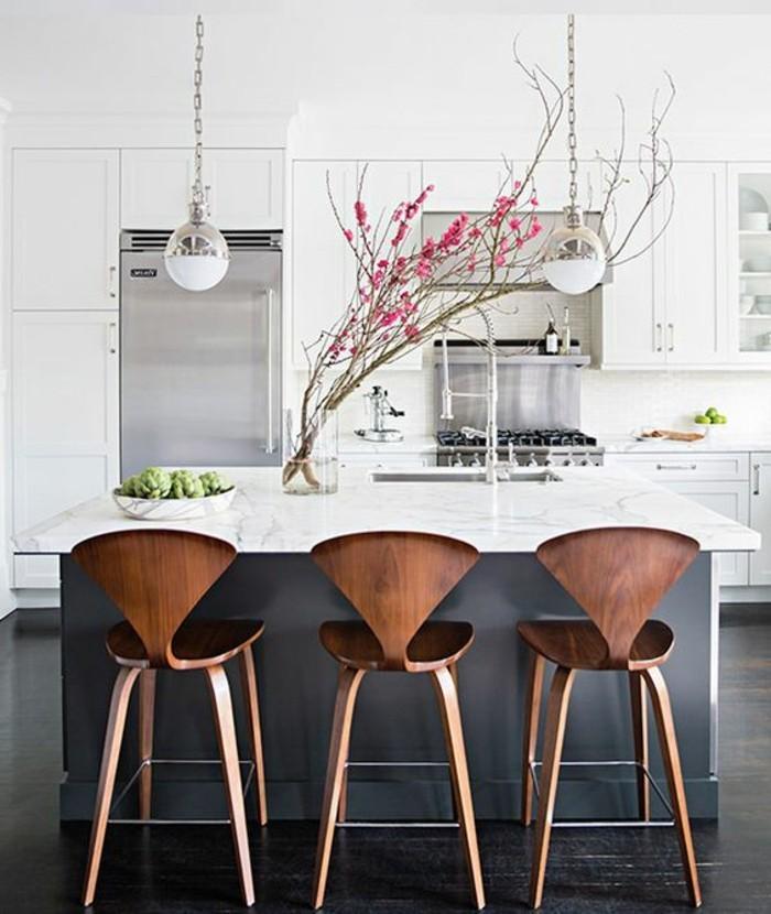 kreative-wohnideen-hölzerne-stühle-lampen-kücheninsel-kühlschrank-waschbecken-glasvase-blumen