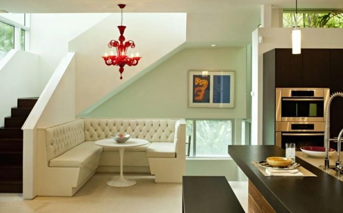 wohnideen-küche-weiße-eckcouch-leder-tischplatte-dunklem-holz-roter-kronleuchter-retro