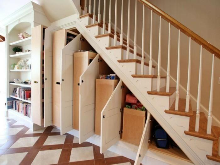 kreative-wohnideen-treppen-holz-schrank-eingebauter-bücherregal