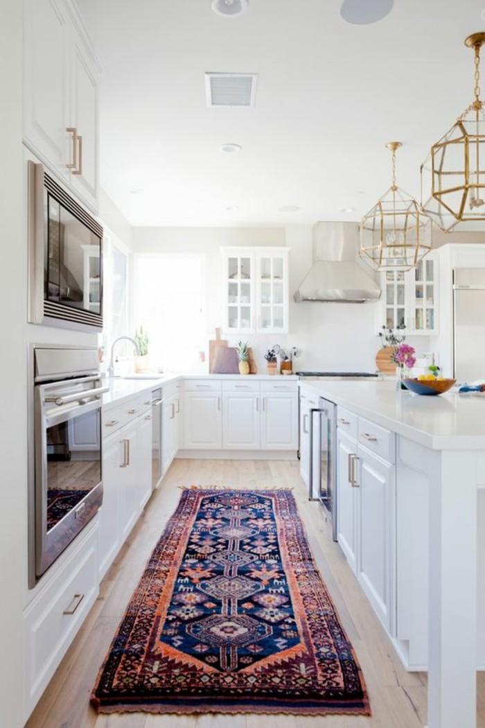 kreative-wohnideen-weiße-küche-ofen-lampen-weiße-schränke-retro-tepich-blumen
