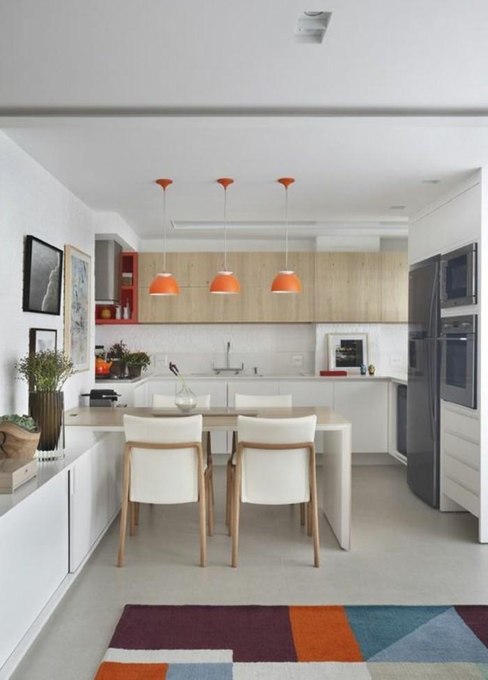 kreative-wohnideen-weiße-stühle-mit-hölzernen-beinen-orange-lampen-grüne-pflanzen-bilder-kühlschrank-teppich