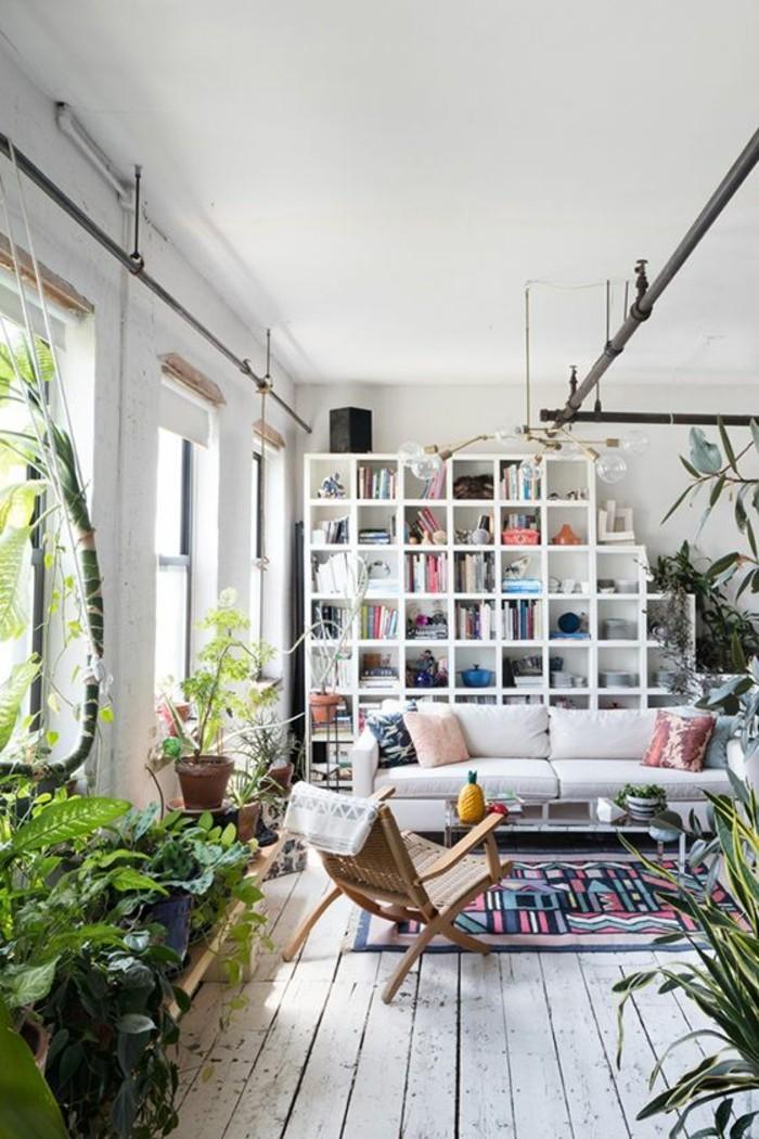kreative-wohnideen-wohnideen-wohnzimmer-bücherregal-weiß-couch-weiß-holzboden-weiß-musterteppich-flechtstuhl-pflanzen