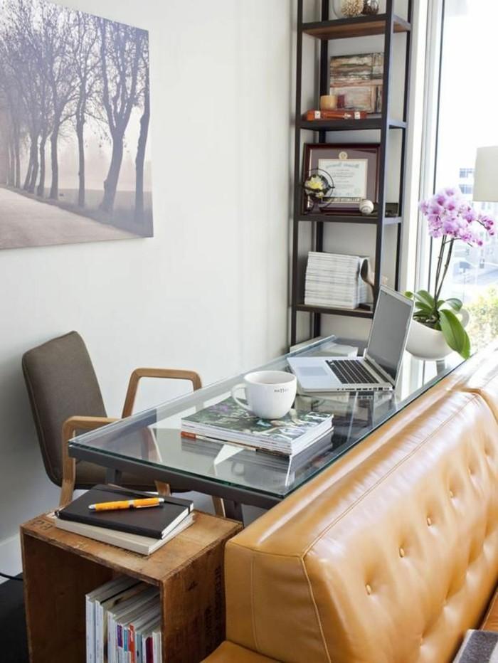 kreative-wohnideen-wohnideen-wohnzimmer-arbeitsecke-wohnzimmer-ledercouch-schreibtisch-glas-bücherregal-orchidee-leinwand