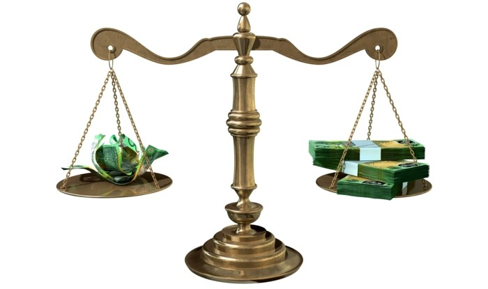 kreditvergleich-gerechtigkeit-waage-justitzsymbol-zerknitterte-geldscheine-bündel-banknoten-bonität
