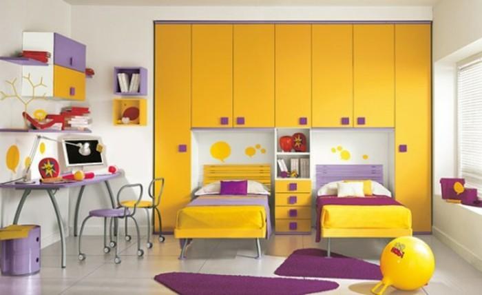mädchen-kinderzimmer-einrichten-gelbe-einrichtung-lila-akzente-stühle-auf-rädern-lila-schreibtisch
