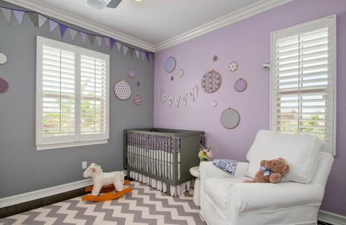 Mädchen Kinderzimmer Musterteppich Sessel Weiß Graue Wand Lila