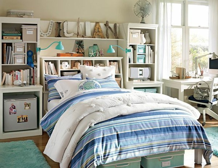 mädchenzimmer-doppelbett-parkettboden-hellblauer-teppich-weißer-bücherregal-schreibtisch-drehstuhl