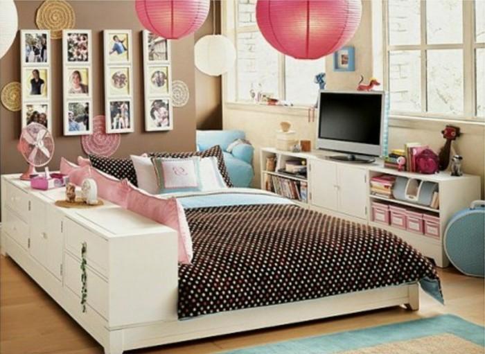 mädchenzimmer-für-zwei-doppelbett-wanddekorationen-runde-papierkronleuchter-pink-fernseher-fotocollage