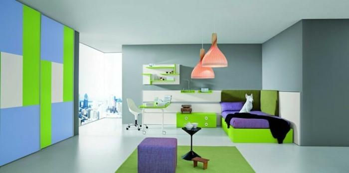 mädchenzimmer-grün-lila-lila-hocker-grünes-bett-grüner-schreibtisch-pink-orange-kronleuchter-grün-graue-wand
