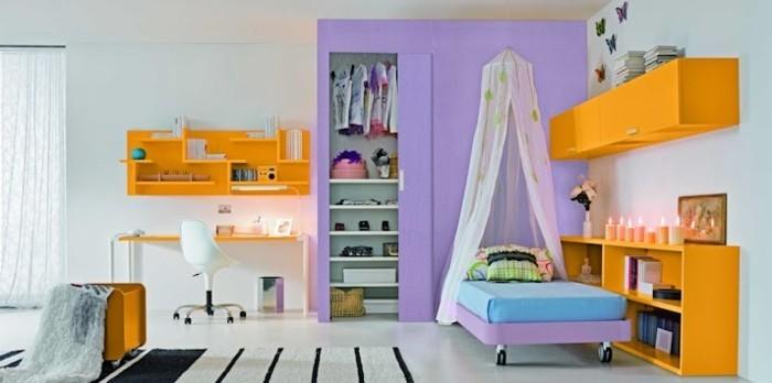 mädchenzimmer-lila-garderobe-weißer-boden-weißer-teppich-schwarzen-streifen-gelbe-regale-kerzen