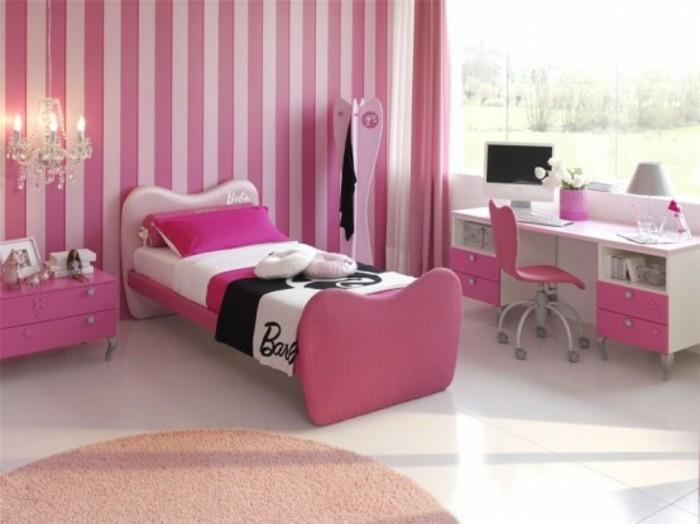 mädchenzimmer-pink-gestreifte-tapete-großes-fenster-schreibtisch-pink-drehstuhl-pink-weißer-boden