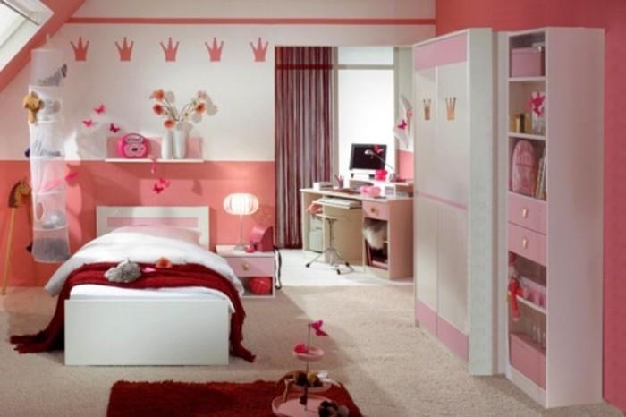 mädchenzimmer-pink-rote-akzente-weißer-holzboden-teppich-beige-großer-kleiderschrank-roter-teppich