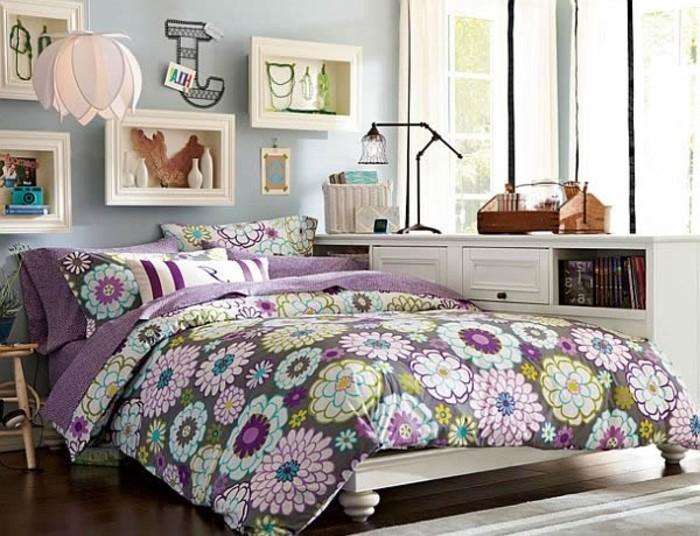 mädchenzimmer-weißes-doppelbett-dunkler-parkettboden-grauer-teppich-hellblaue-wand-bunte-lacken