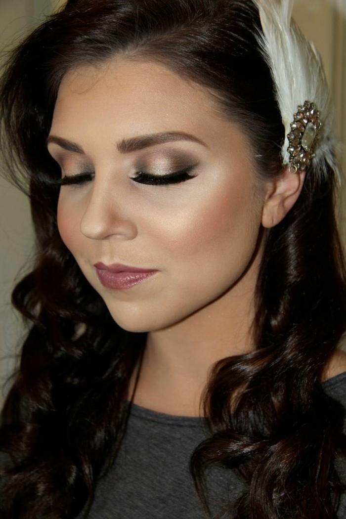 make-up-fuer-hochzeit-dunkelhaarige-frau-mit-schmuck-in-den-haaren-weisse-schleife-schminken-makeup