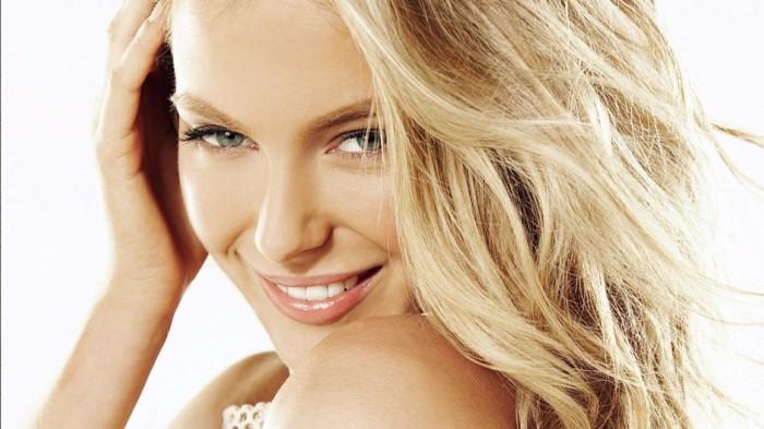 make-up-fuer-hochzeit-locker-aussehen-natuerlicher-look-fuer-braut-mit-blonden-haaren