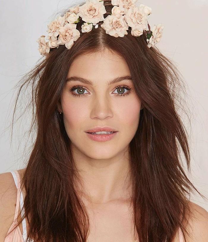 make-up-fuer-hochzeit-lockerer-look-fuer-braut-hochzeitskranz-tragen-rosa-helle-farben-bruenette