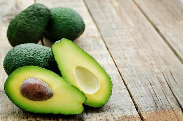 maske-gegen-pickel-hölzerner-tisch-avocado-obst-gesichtsmasken-diy-pflege-gesundheit