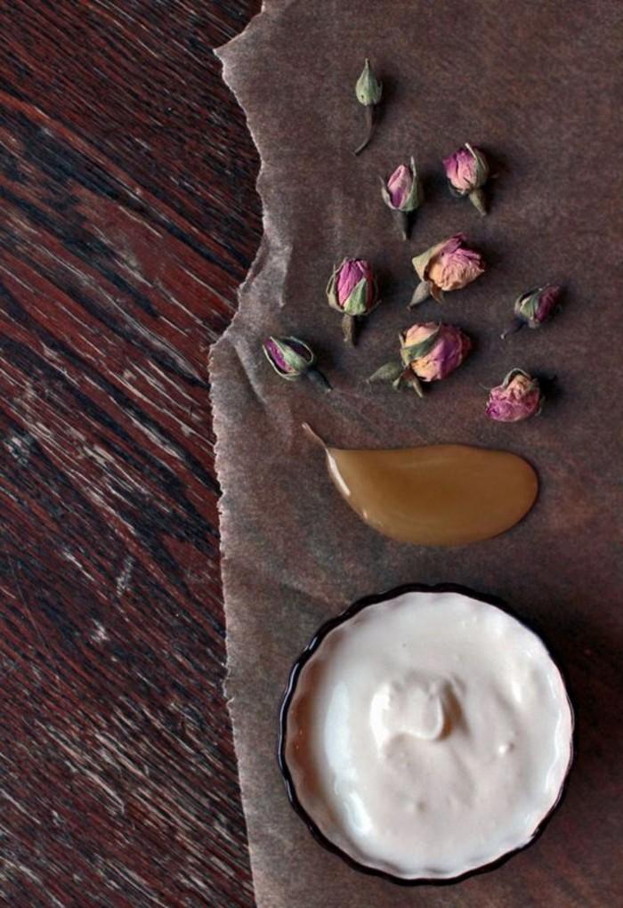 masken-selber-machen-jogurt-schale-rosen-honig-hölzerner-tisch-diy-gesundheit