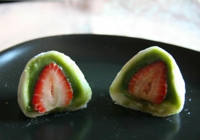 matcha-kuchen-erdbeeren-in-schale-aus-weisser-schokolade-und-matcha-pulver-bio-dessert