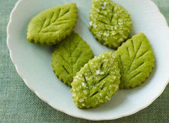 matcha-kuchen-kekse-in-form-von-blaetter-mit-matcha-mehl-milch-zucker-pulver-leckerer-nachtisch